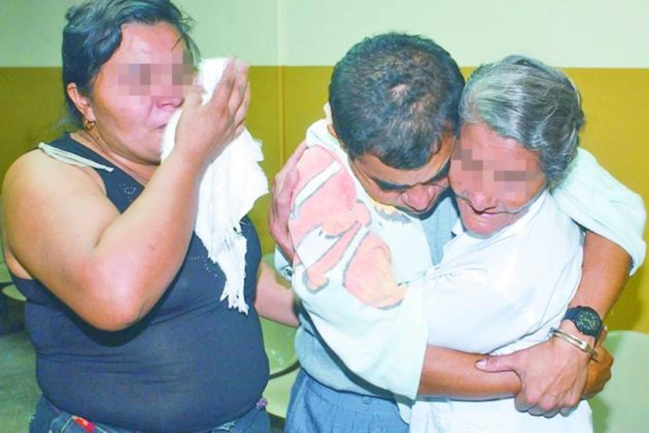 Neftaly, junto a su madre y su hermana, en marzo de 2004 cuando fue declarado inocente.