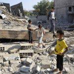 Niños caminan sobre los escombros de un edificio que fue destruido por el régimen sirio, en el barrio Duman. foto edh / reuters