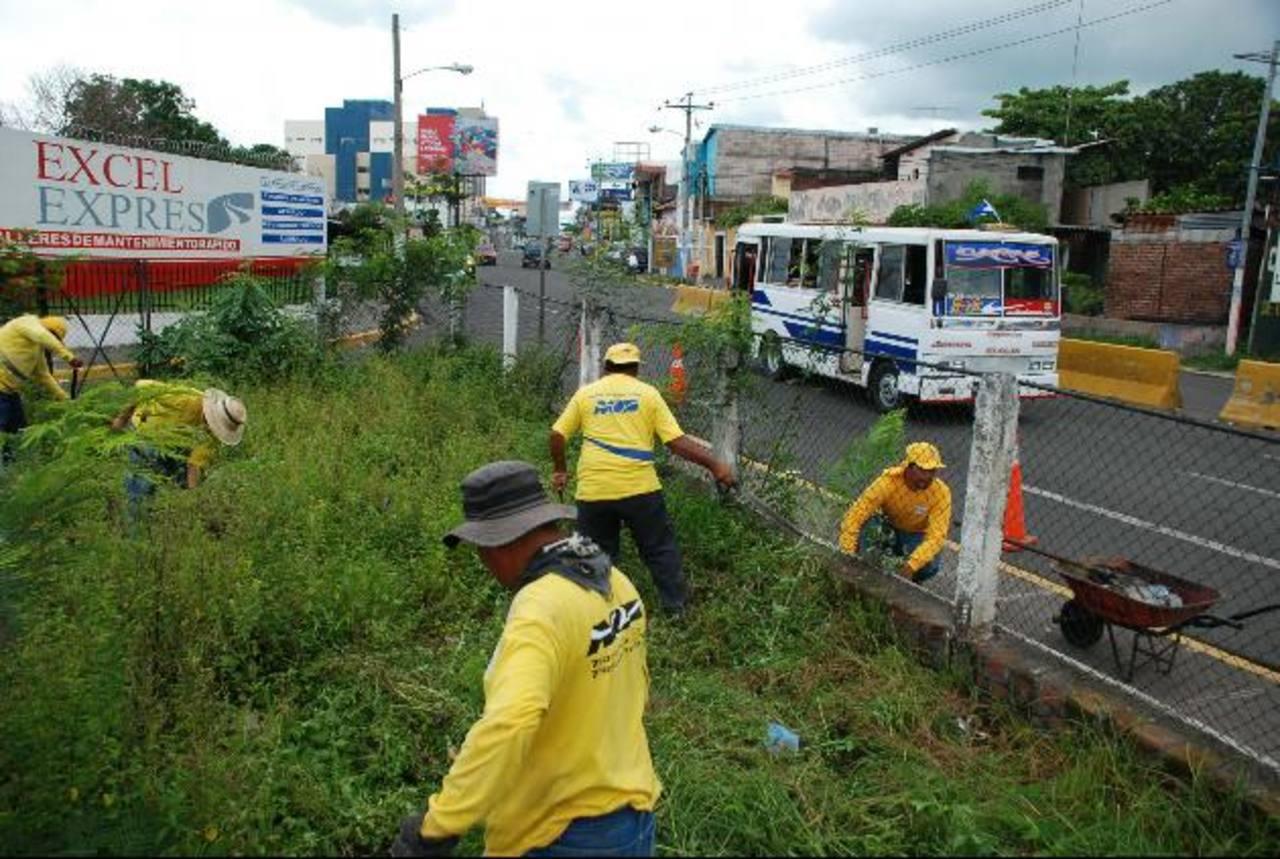 Los empleados del MOP limpiaban la zona para demolerla. fotos edh / lucinda quintanilla