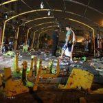 Transeúntes observan la destrucción causada por dos atacantes suicidas, uno que conducía un auto con explosvos y otro a pie, en el barrio de Ciudad Sadr, en Bagdad. El ataque contra un sitio donde se realizan funerales chiís causó 96 muertos