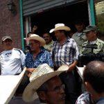 Los ganaderos se concentraron para reclamar el cobro que hace la comuna en una especie de retén. Foto EDH / cortesía