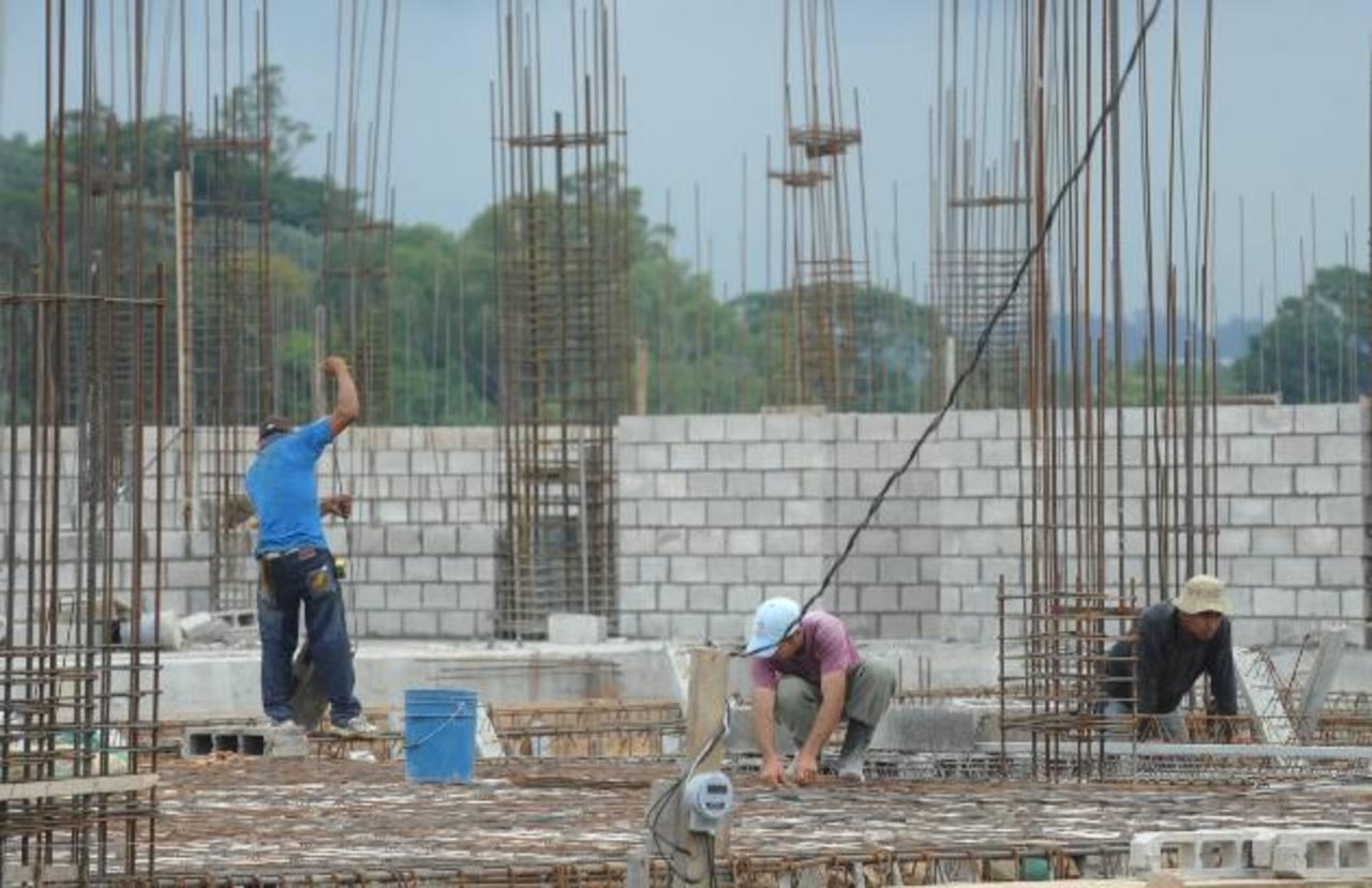 Los empleos en el sector construcción han crecido en junio, pero el dato aún es menor a los de 2008. foto edh / Mauricio Cáceres