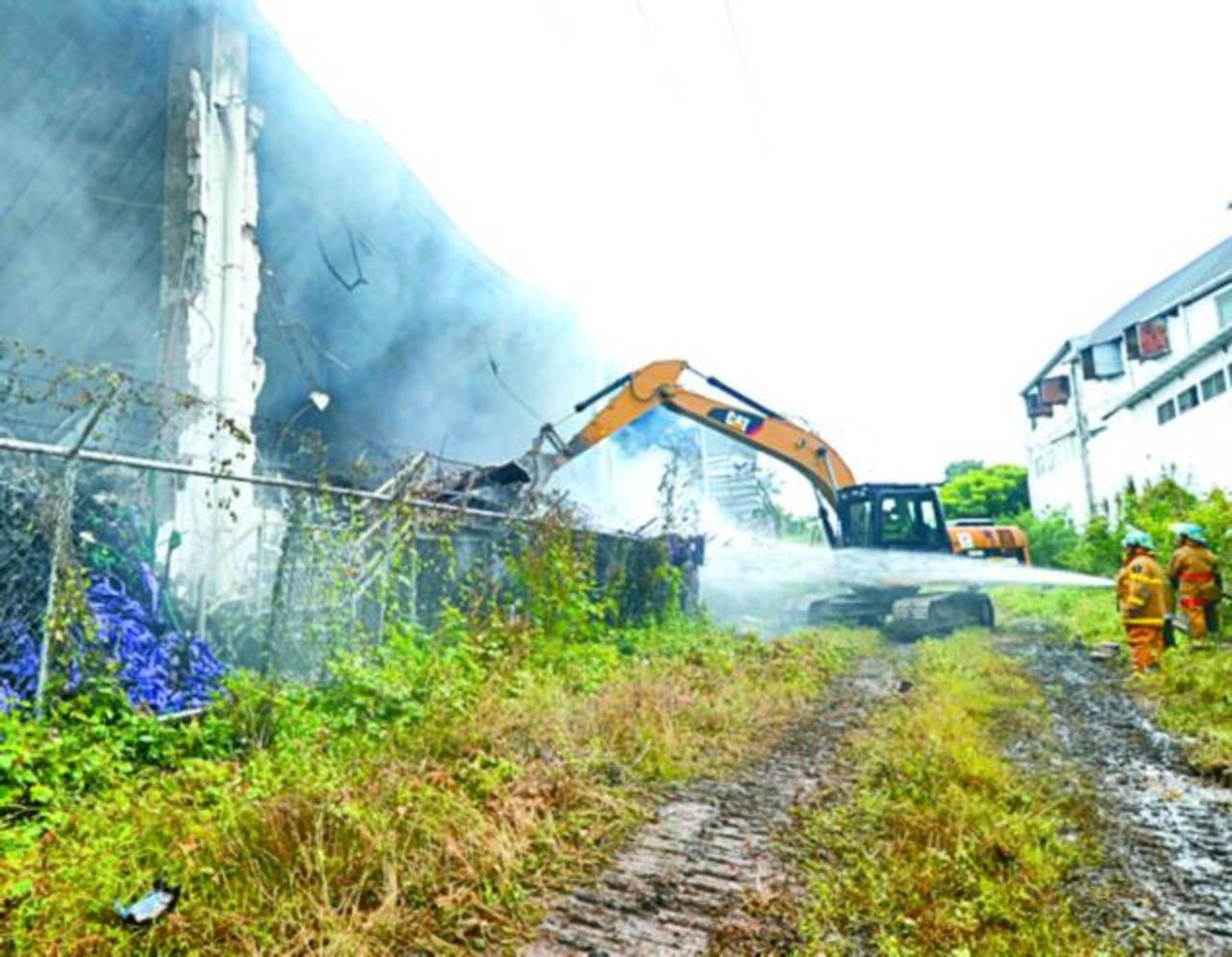 El Cuerpo de Bomberos ha debido utilizar maquinaria pesada para remover los escombros. Foto EDH / Éricka Chávez