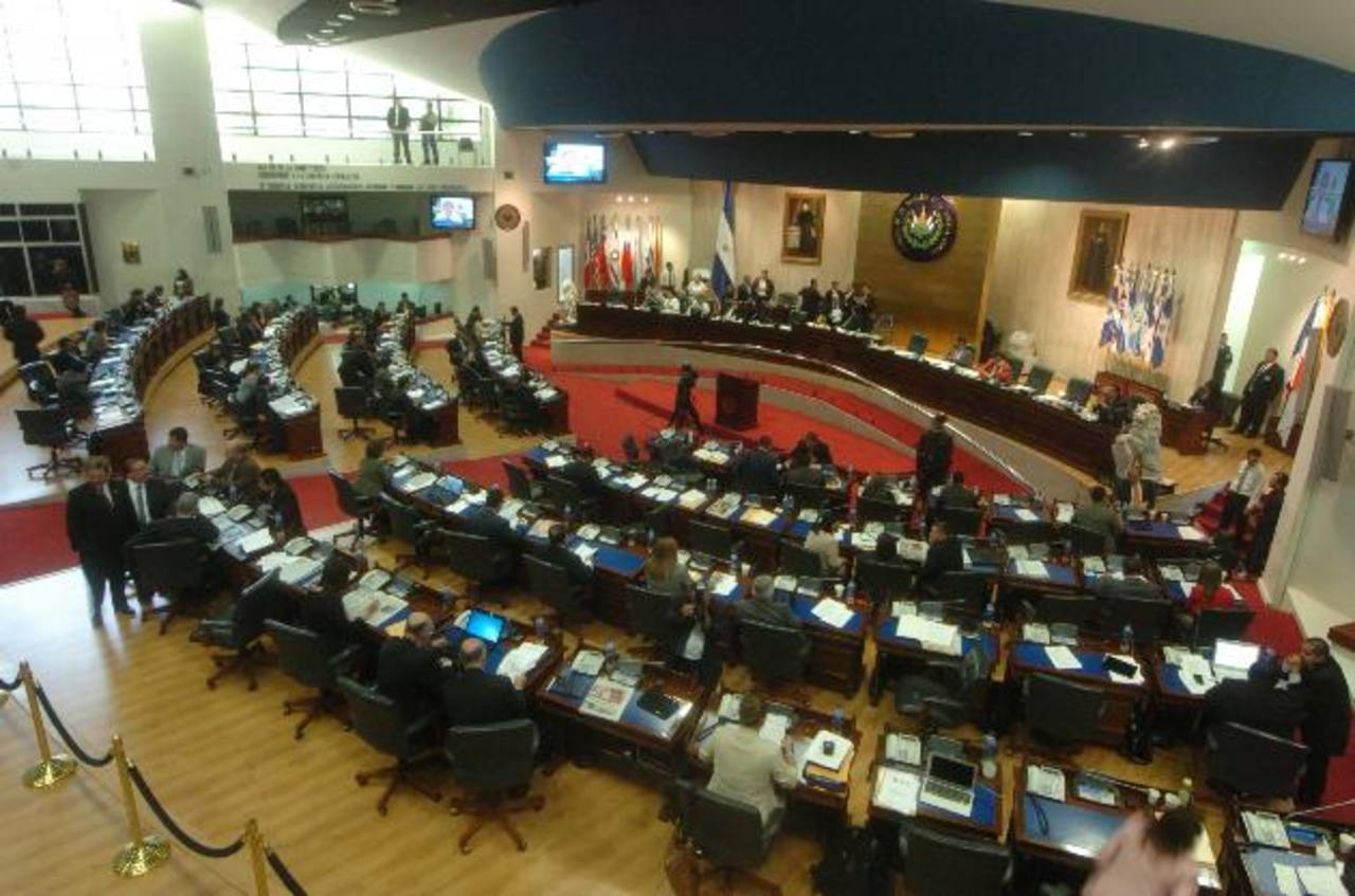 La lucha de la Asamblea contra la Sala de lo Constitucional pasa factura al país. foto edh / archivo