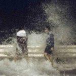Poderoso tifón se acerca a Hong Kong, residentes se preparan