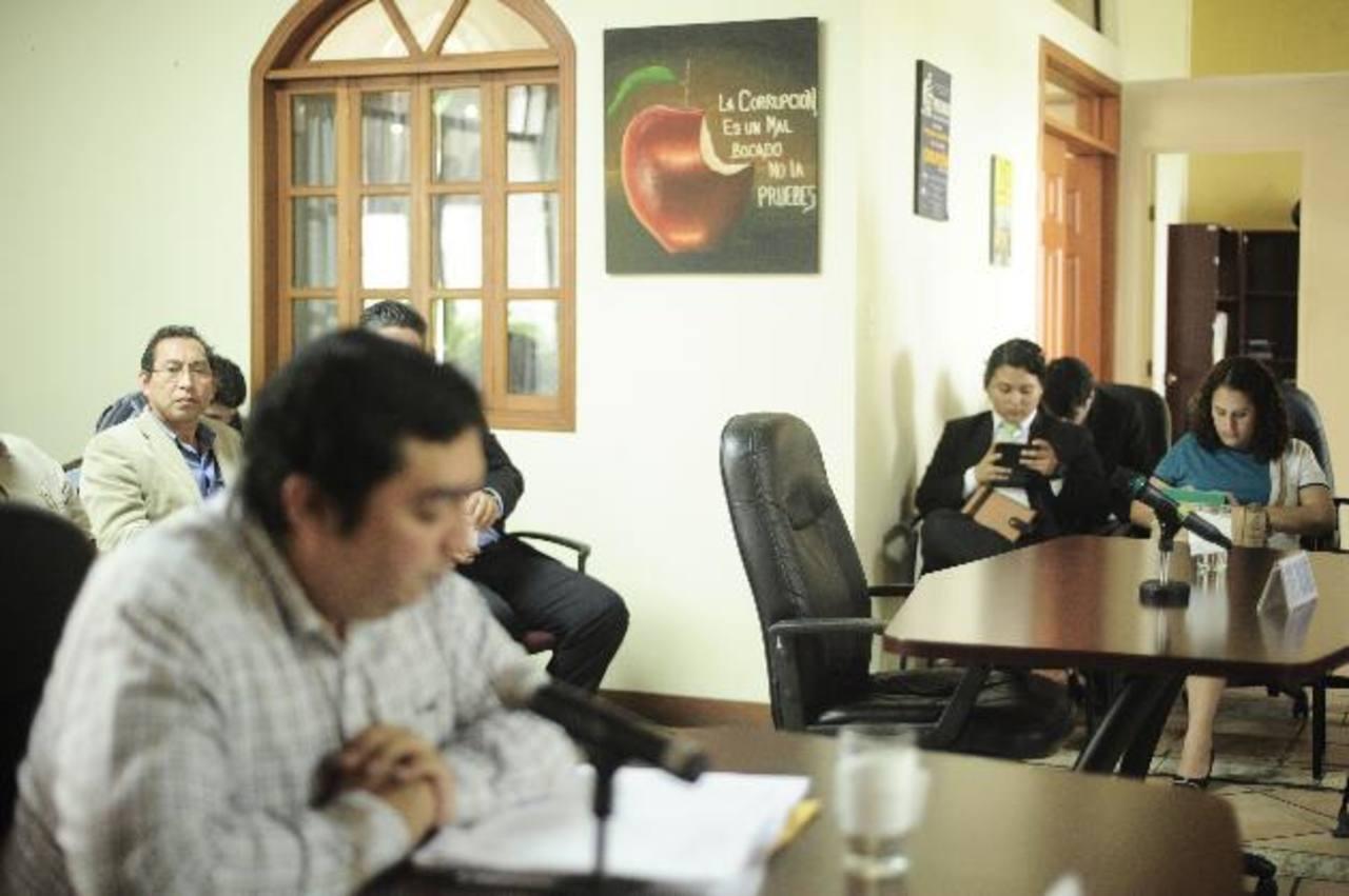En la imagen, Fernando Romero, demandante de la información, durante la audiencia en el IAIP. Foto EDH / Jorge reyes