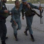Soldados afganos auxilian a un compañero. Foto EDH / EFE