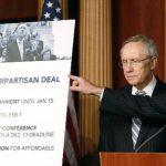 El líder de la mayoría demócrata en el Senado, Harry Reid (Izq.) escucha al senador Chuck Schumer después de la votación para aprobar la iniciativa fiscal.