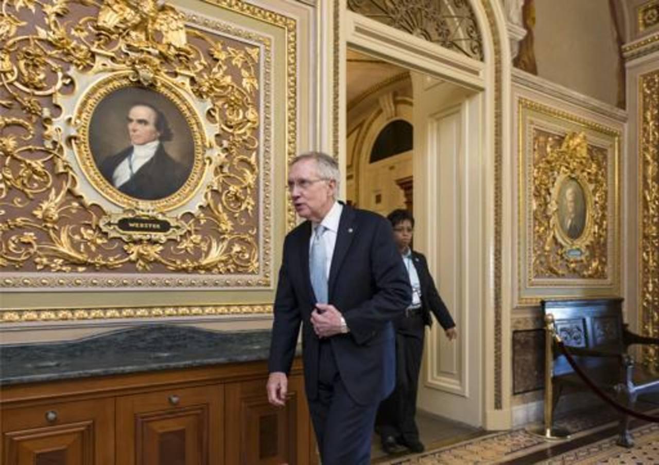 El líder de la mayoría demócrata en el Senado, Harry Reid, sale de la cámara alta al concluir la jornada.