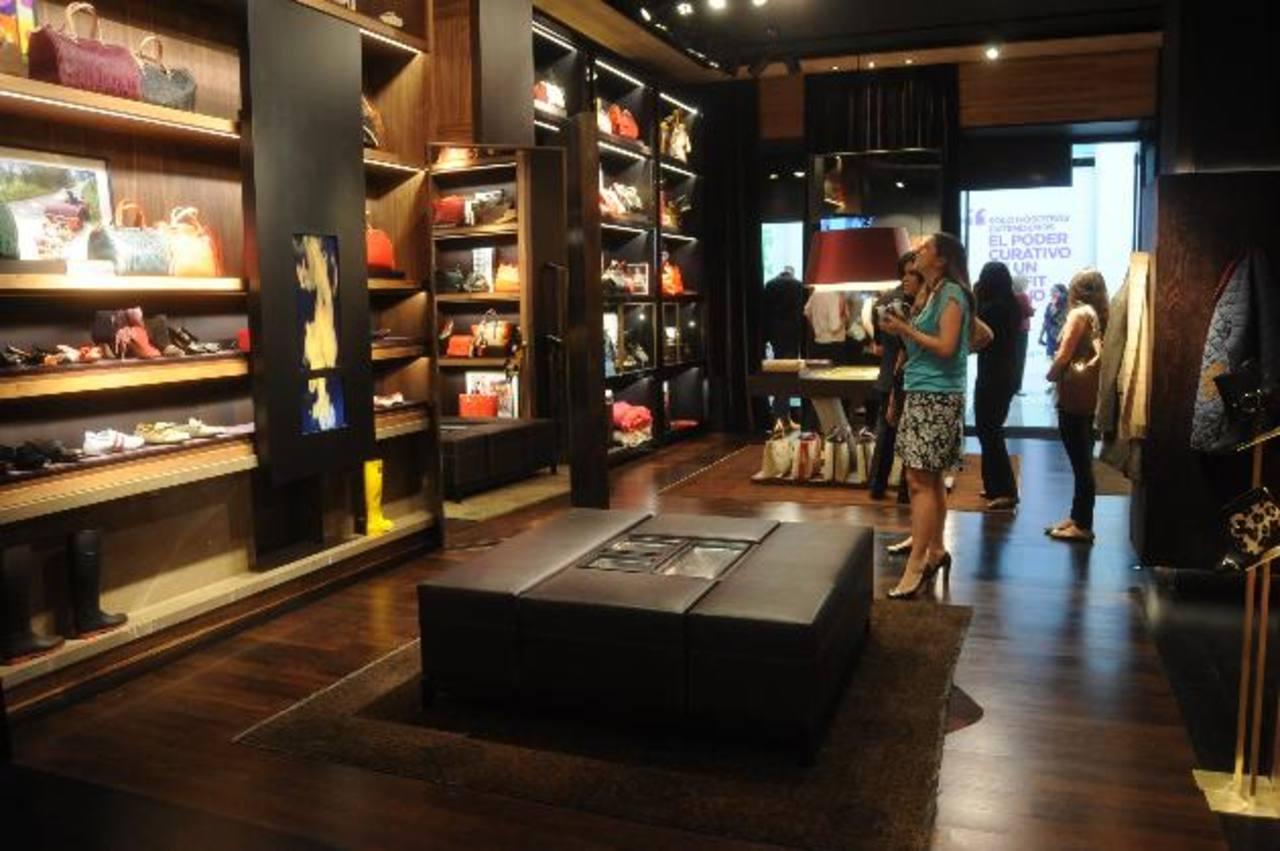 La boutique de Carolina Herrera en Multiplaza fue inaugurada esta semana y abarca un espacio de dos locales.