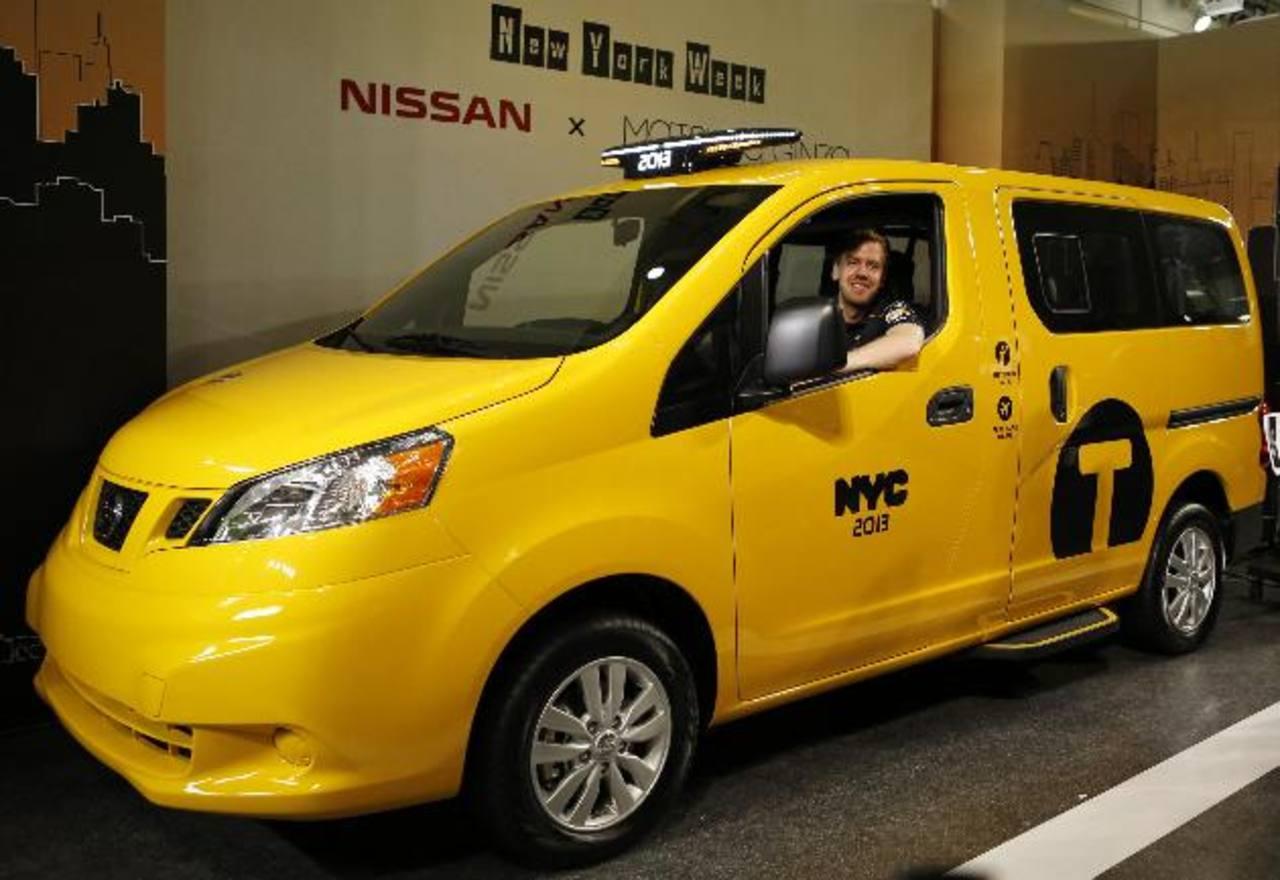 Nissan exhibió en Nueva York la nueva generación de taxis, el modelo Nissan Motor's NV200, que podría fabricarse en sus plantas de México, en los próximos años. En esta imagen, el NV200 es estrenado por el corredor de fórmula uno, Sebastian Vettel.