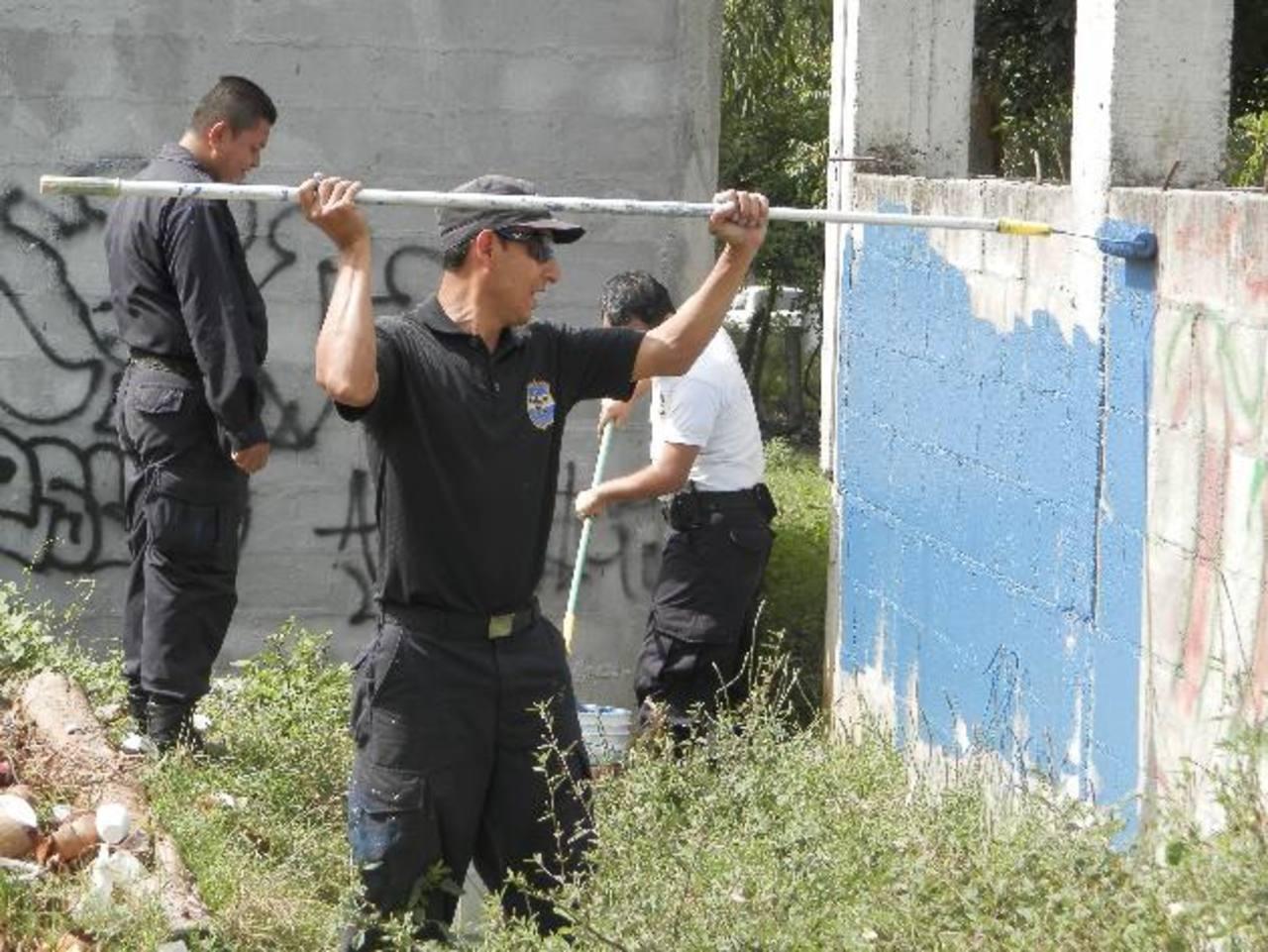 Las etapas I y II de la Colonia Río Zarco, fueron intervenidas ayer por los elementos de la PNC quienes eliminaron un buen número de grafitis de esta residencial. fotos edh / milton jaco
