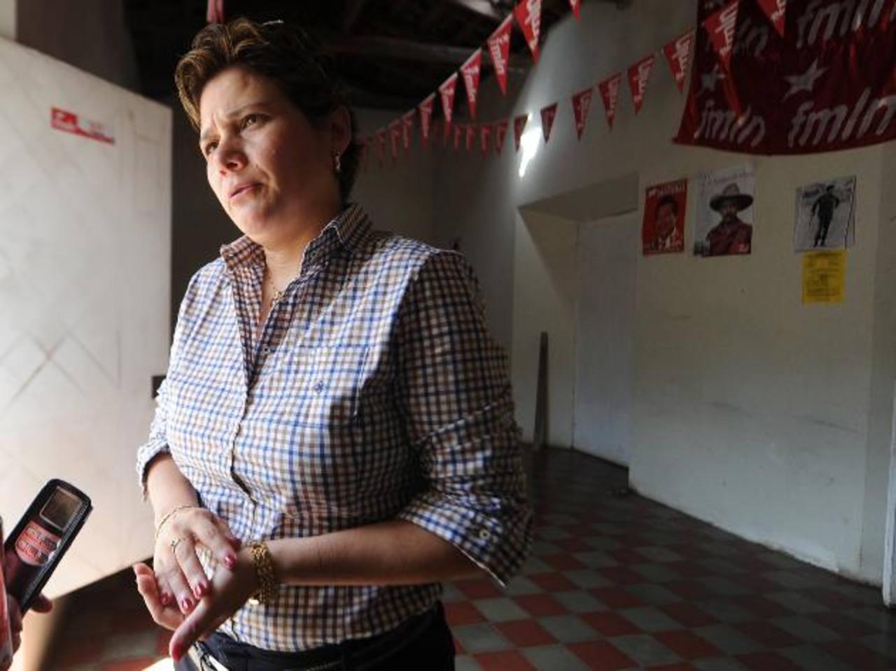 """Jackeline Rivera, del FMLN, sostuvo que esperan """"conquistar"""" el corazón de los salvadoreños al presentar las obras del gobierno actual como logros del partido de izquierda. foto edh / ARCHIVO"""