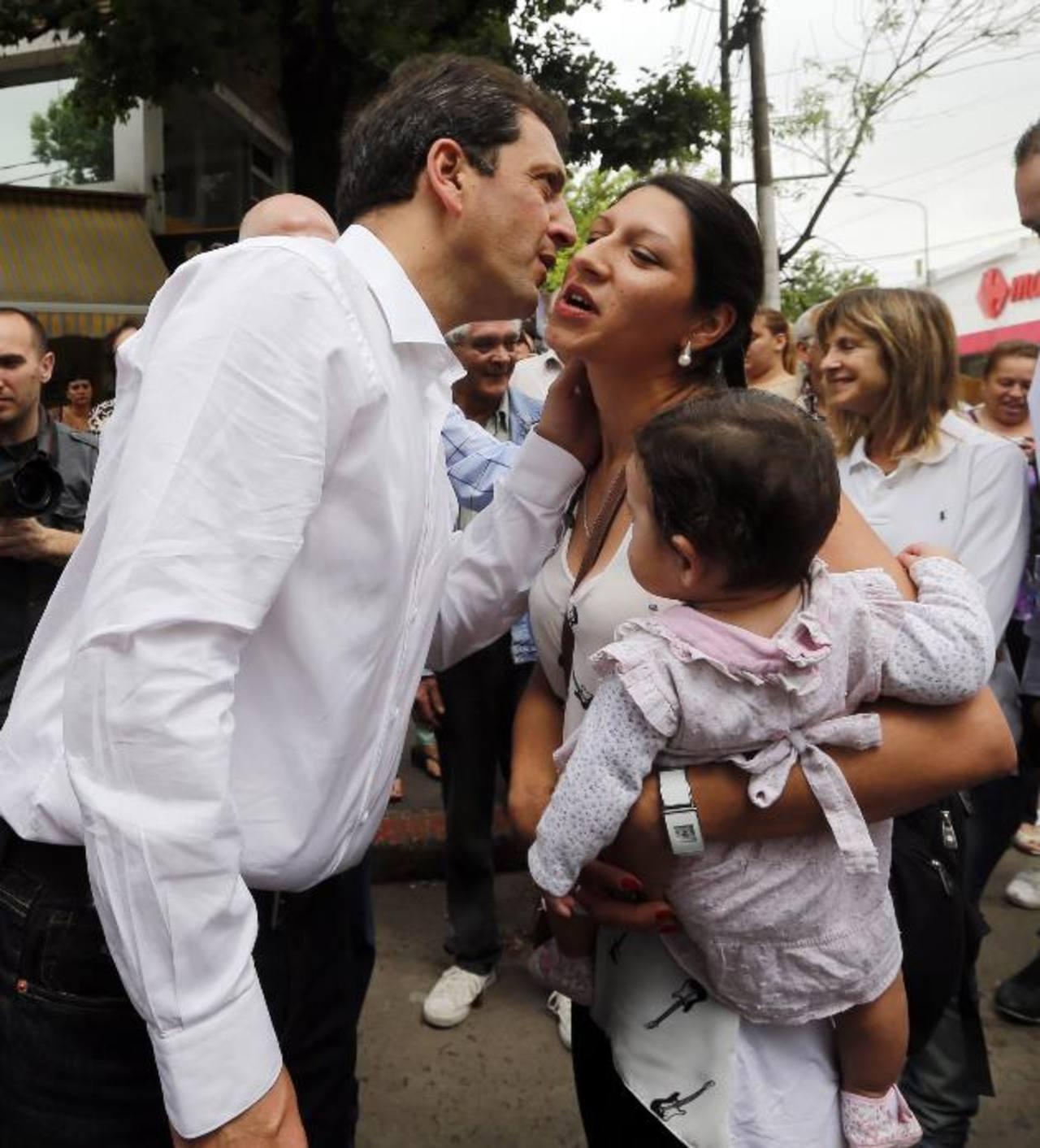 Sergio Massa saluda a una simpatizante durante el cierre de campaña. foto edh/