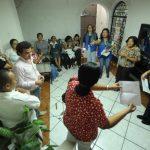 Empleados de Salud muestran las convocatorias que les envió el Minsal. foto EDH / Marlon Hernández