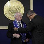 El presidente de Irlanda, Michael Higgins, al momento de recibir la máxima condecoración de nuestro país, por parte del presidente de la República, Mauricio Funes. Foto EDH /cortesía