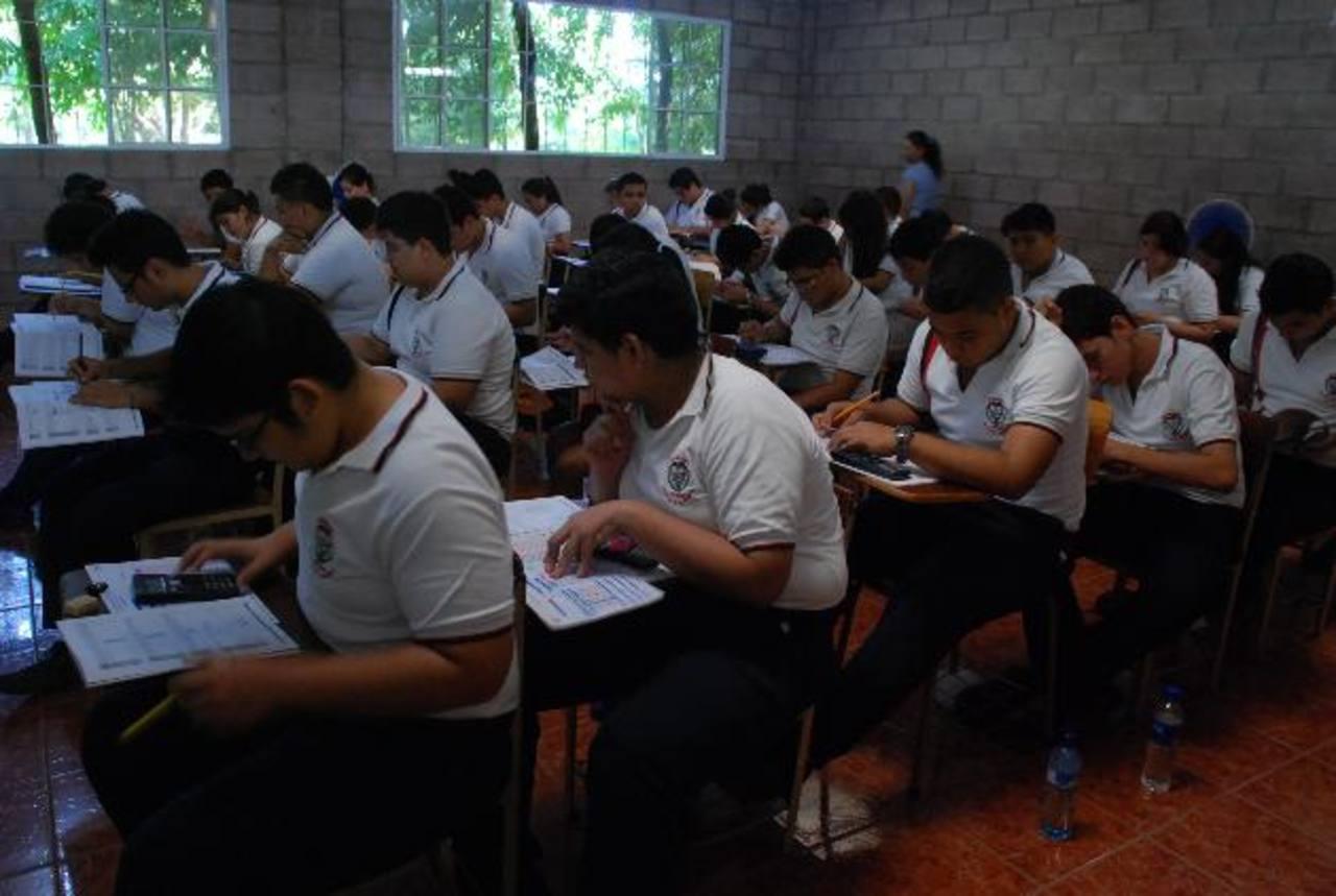 Alumnos del Liceo San Miguel realizan la Paes. Fueron 195 estudiantes los que hicieron la prueba. Foto EDH / Carlos Segovia