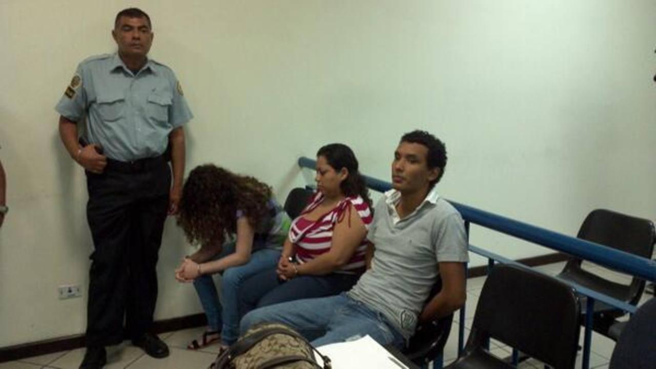 Los tres imputados en la sala de audiencias. FOTO EDH Mario Amaya, vía Twitter.