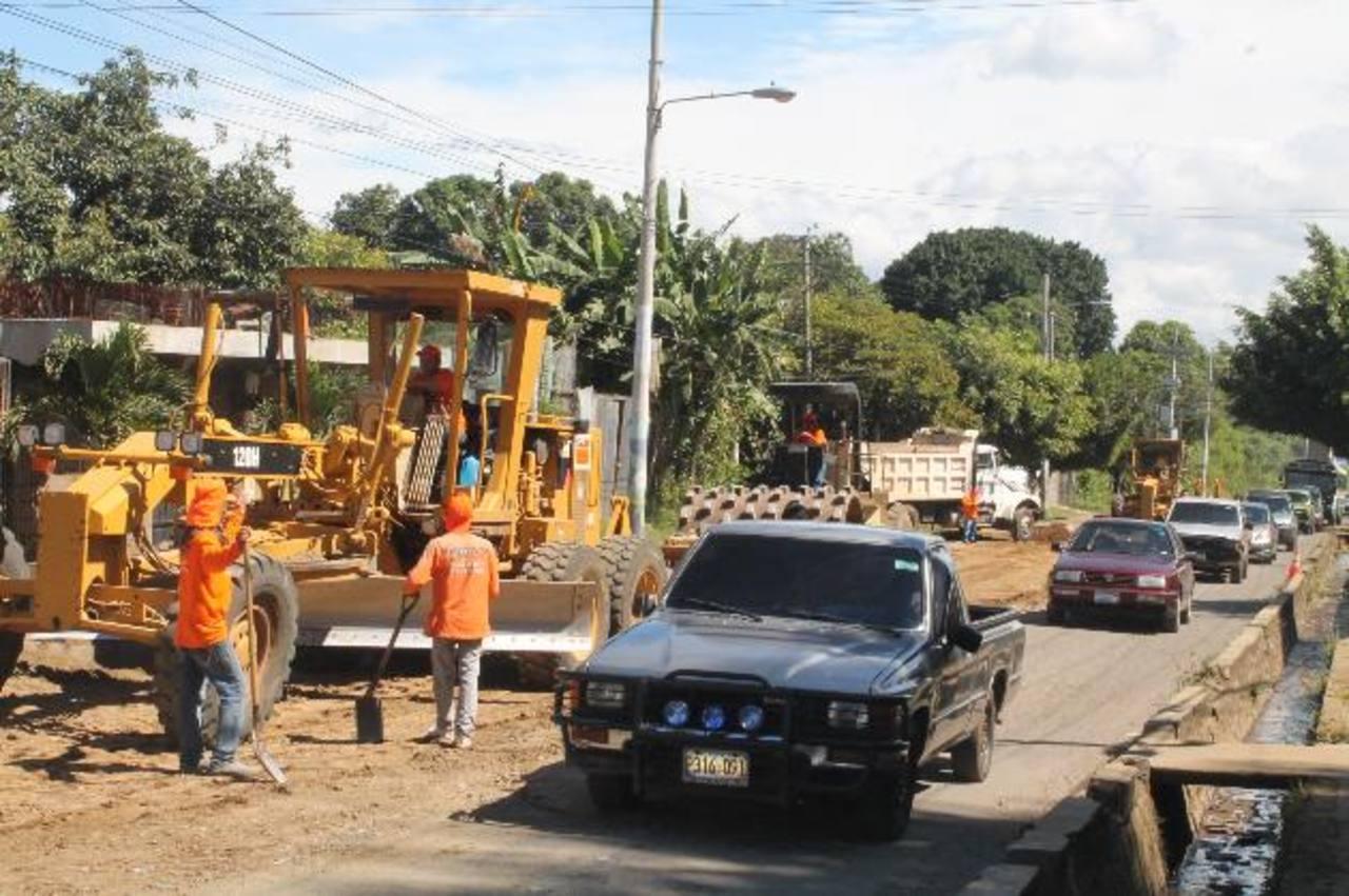 El tráfico ha sido restringido a un solo carril, lo que genera malestar. Foto EDH / Roberto Zambrano