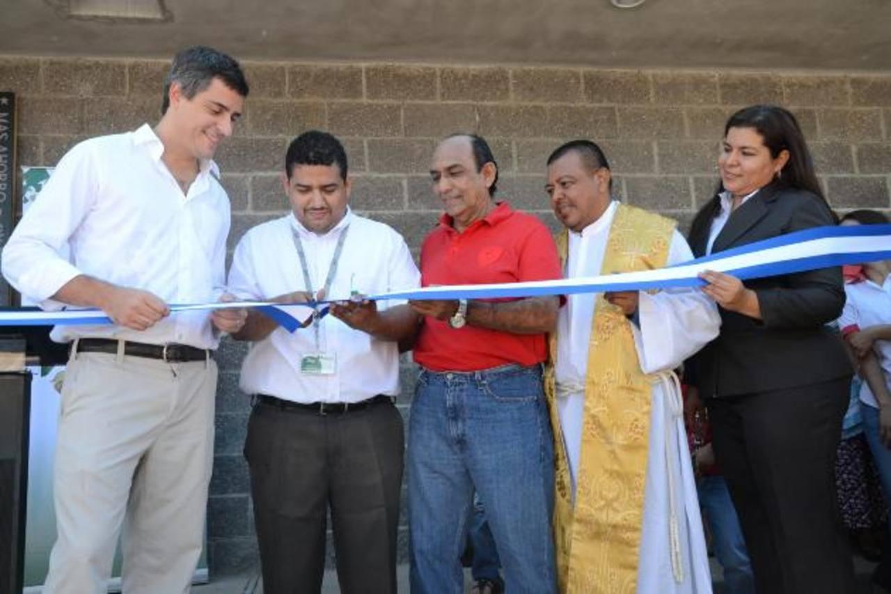 Carlos Calleja, vicepresidente de Grupo Calleja, junto a gerente de Selectos Market, el alcalde de El Transito y el sacerdote que bendijo la nueva fuente de empleo. foto edh / david rezzio