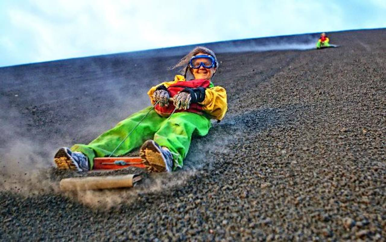 """Volcán Cerro Negro dispone de uno de las aventuras más buscada por los turistas el """"sandboarding"""". FOTO EDH/ CORTESÍA"""