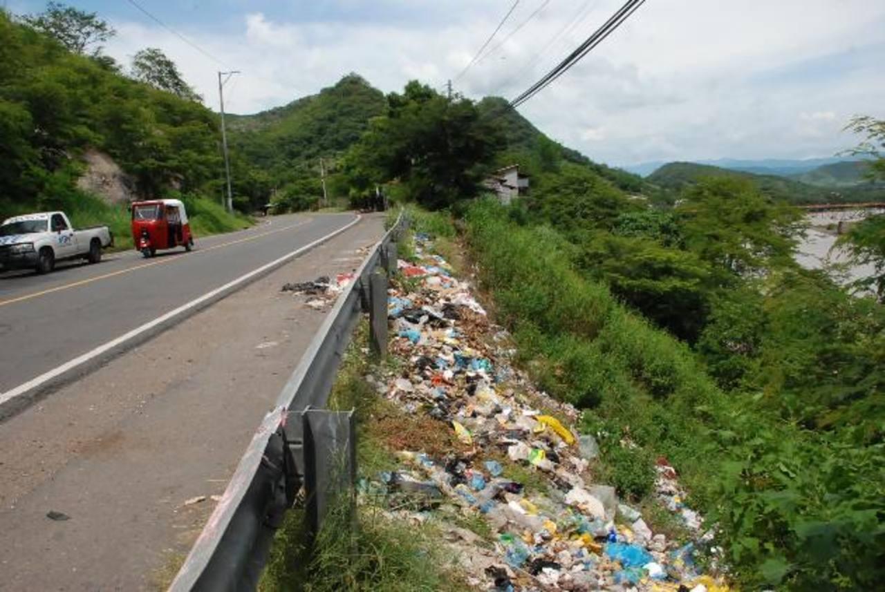Los habitantes de Santa Clara piden a la comuna recolectar con más frecuencia la basura. Foto EDH / Insy mendoza