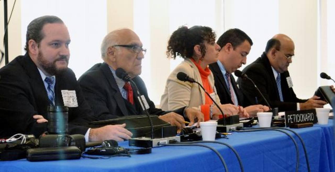 Federico Hernández, Domingo Méndez, Ima Guirola, Javier Castro y Arnoldo Jiménez, de Aliados por la Democracia, hablan ante la CIDH. foto EDH / Tomás Guevara