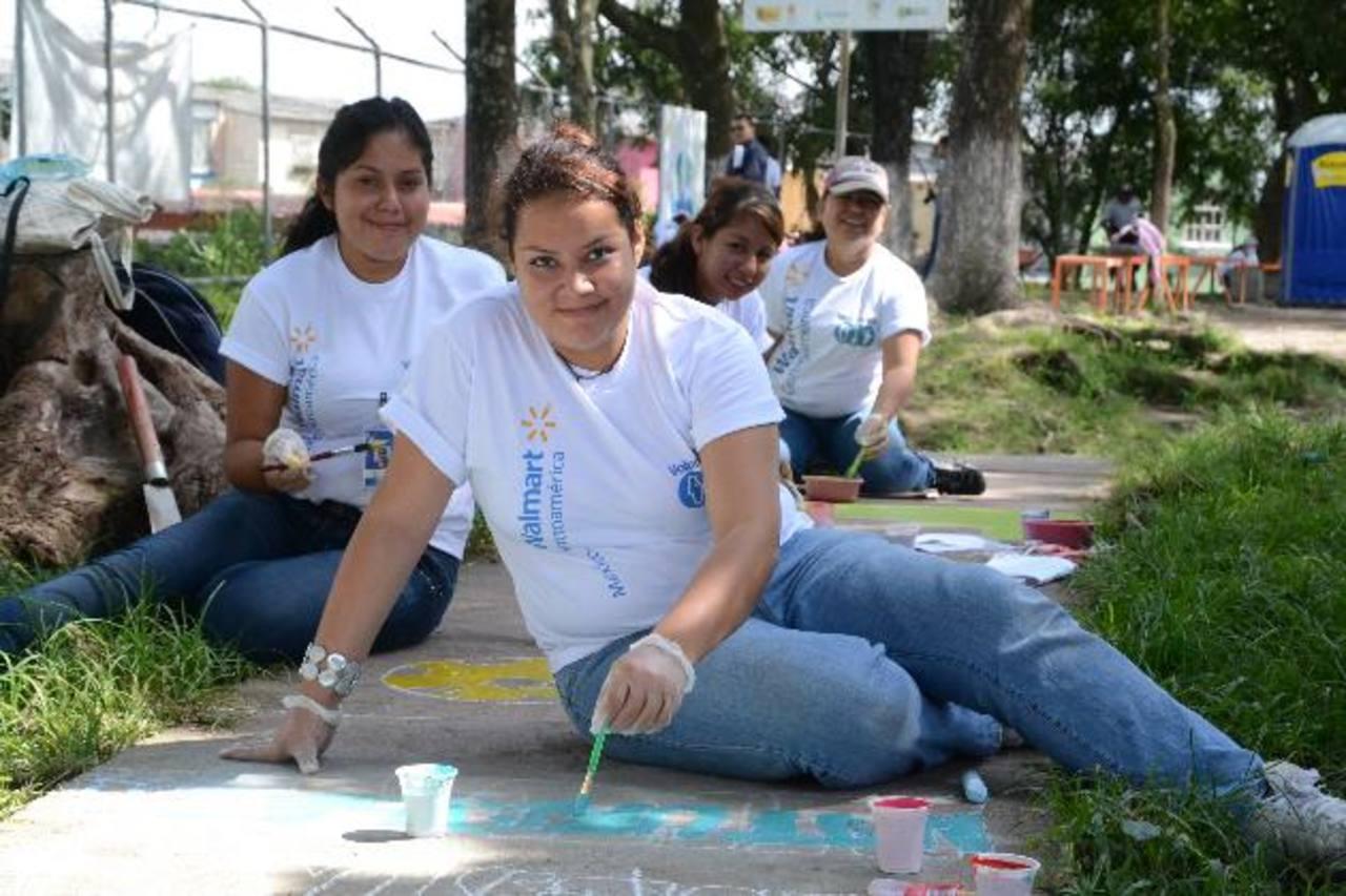 Los voluntarios llenaron de alegría y color el parque de la Montebello en Mejicanos. foto EDH /Mario Díaz