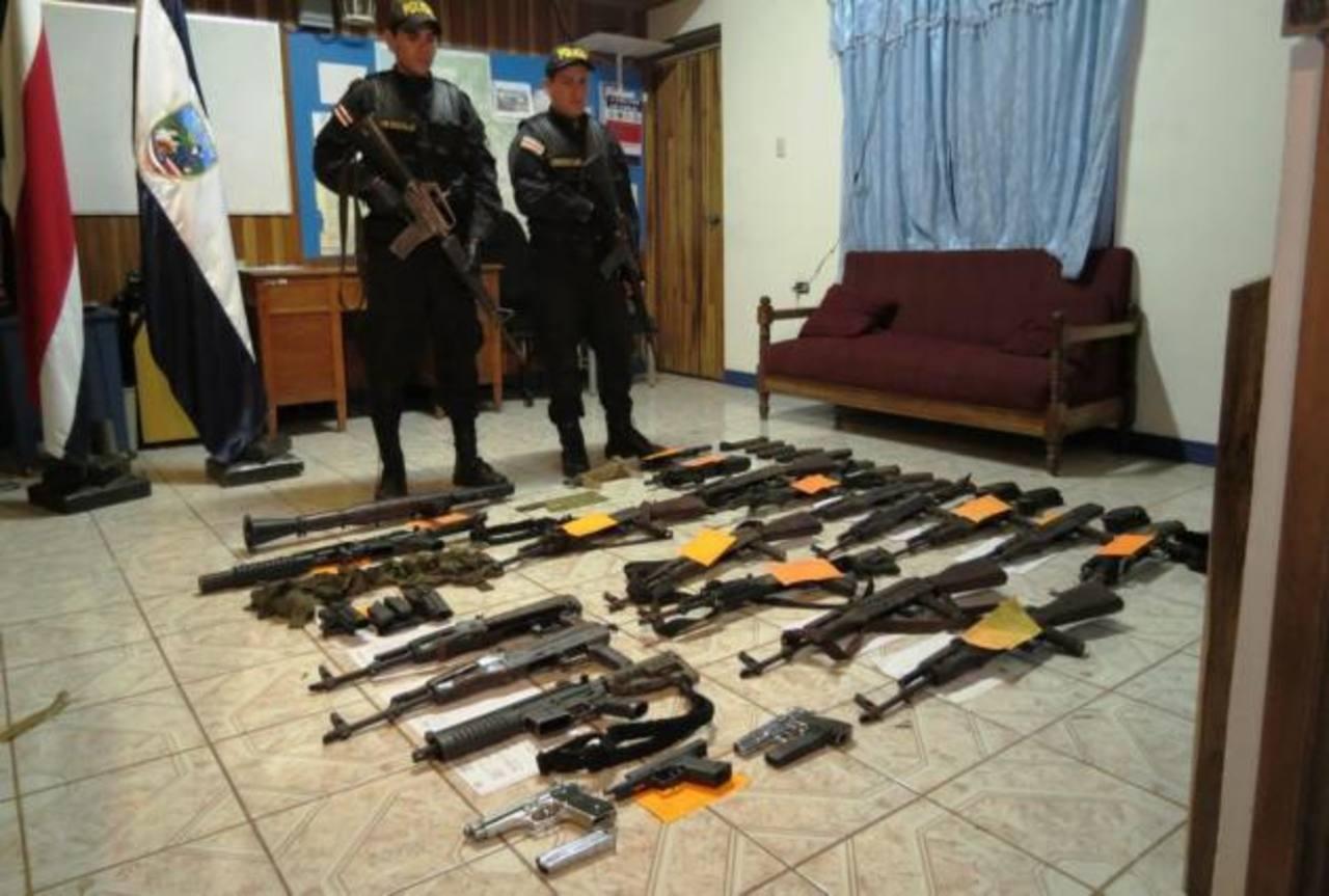 Agentes custodian parte del armamento ubicado en Cutris, en la zona norte de Alajuela. foto edh / tomada de diario La Nación, de costa rica