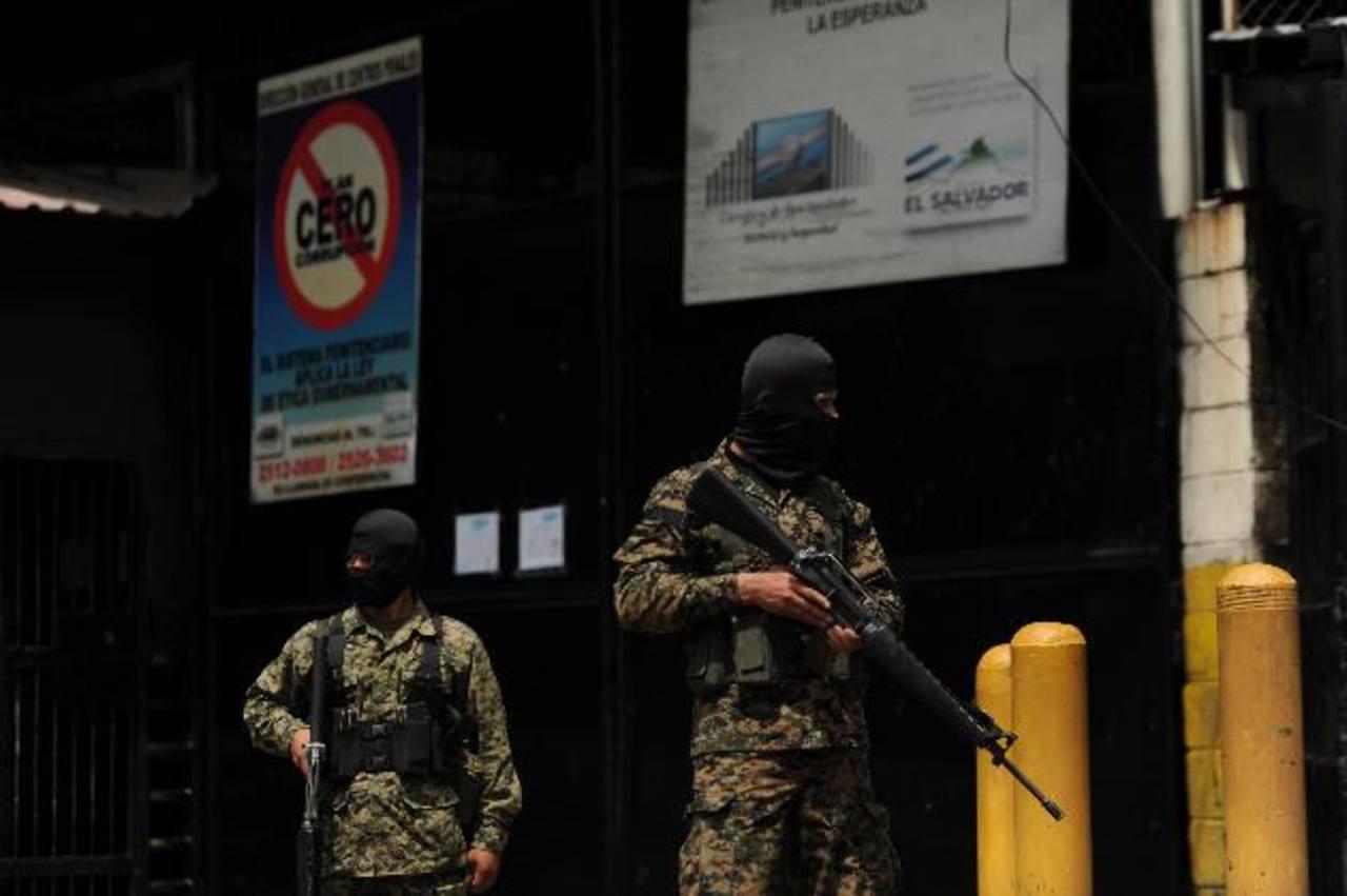 Militares custodiaron las instalaciones del penal La Esperanza, de Mariona, la mañana de ayer. Foto EDH / Marvin Recinos