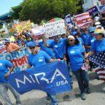 Este grupo de personas se manifiesta en apoyo a la reforma migratoria en Miami, Florida, al igual que ocurrió en más de 60 ciudades en 39 estados del país. foto edh /EFE
