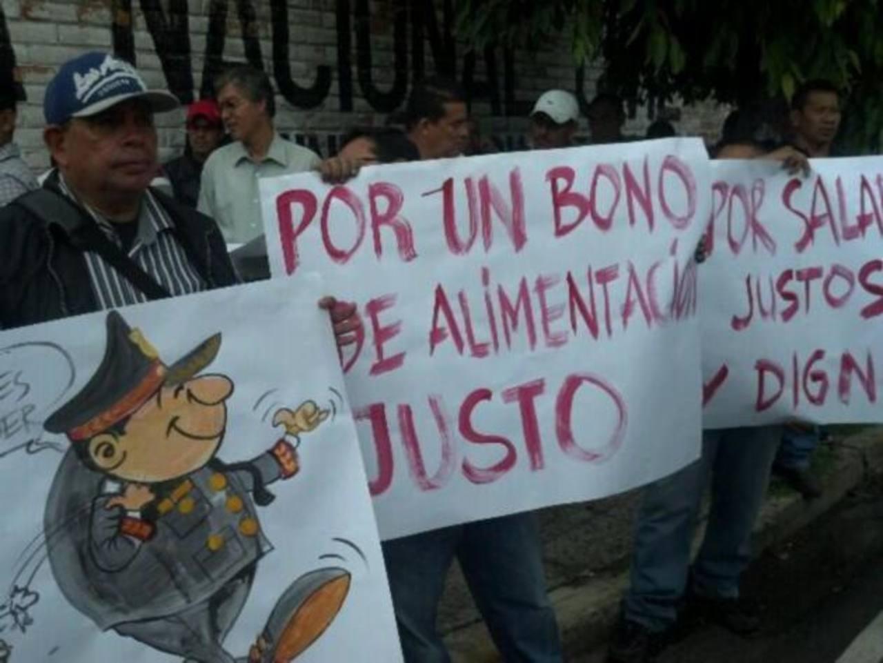Empleados administrativos de la Policía exigen al Gobierno mejoras salariales. FOTO EDH/J. López