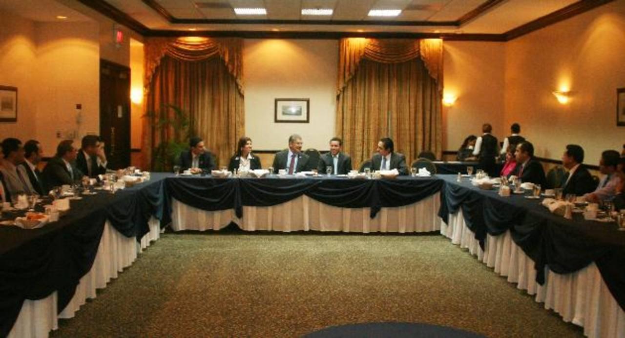 Al centro aparecen los candidatos de ARENA, poco antes de comenzar el conversatorio con los dirigentes locales de empresas mexicanas radicadas en El Salvador. foto edh / cortesía