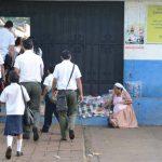 Ingreso de alumnos al Complejo Educativo Cantón El Sunza, de Izalco, en el departamento de Sonsonate. Foto EDH