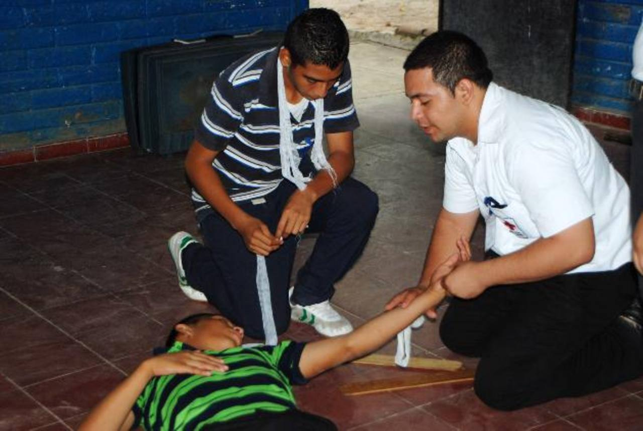 Los cursos son impartidos por los mismos agentes que forman parte de la unidad de prevención. Foto EDH /Francisco torres