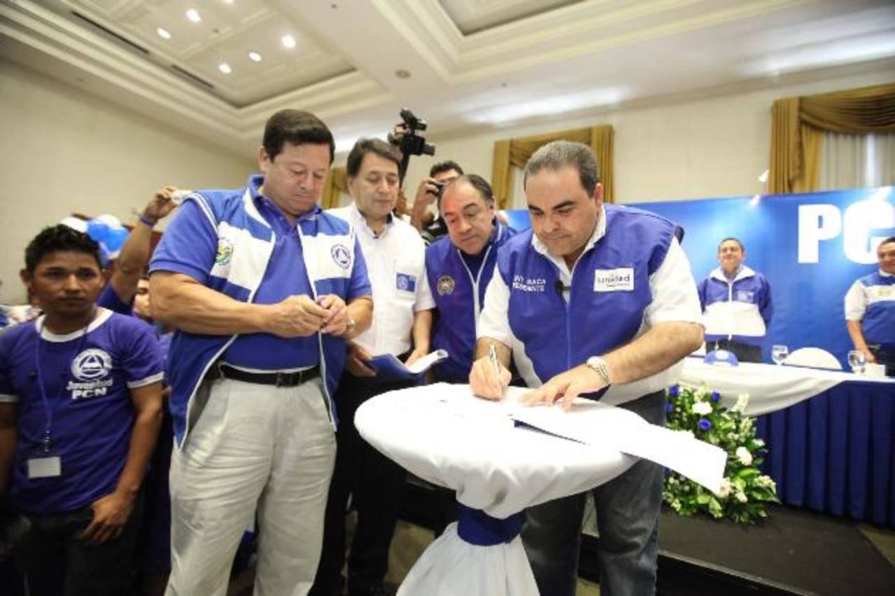 Antonio Saca al momento de firmar su afiliación al PCN. Le acompañan dirigentes de ese partido. foto edh / cortesíA
