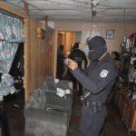 La Policía pidió documentos de arrendamiento y realizó inspecciones en las viviendas sospechosas de la comunidad Raúl Rivas Vásquez. Hicieron fotografías en algunos lugares y realizaron entrevistas. Foto EDH / Jorge Reyes