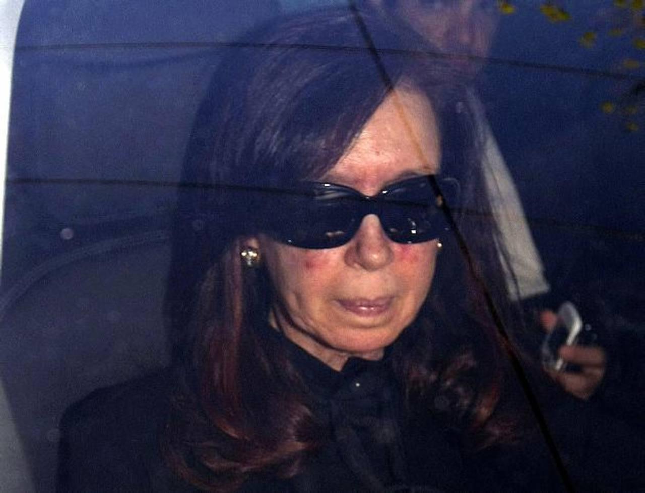 La gobernante argentina, Cristina Fernández, a su llegada a la clínica Favaloro de Buenos Aires. foto edh / reuters