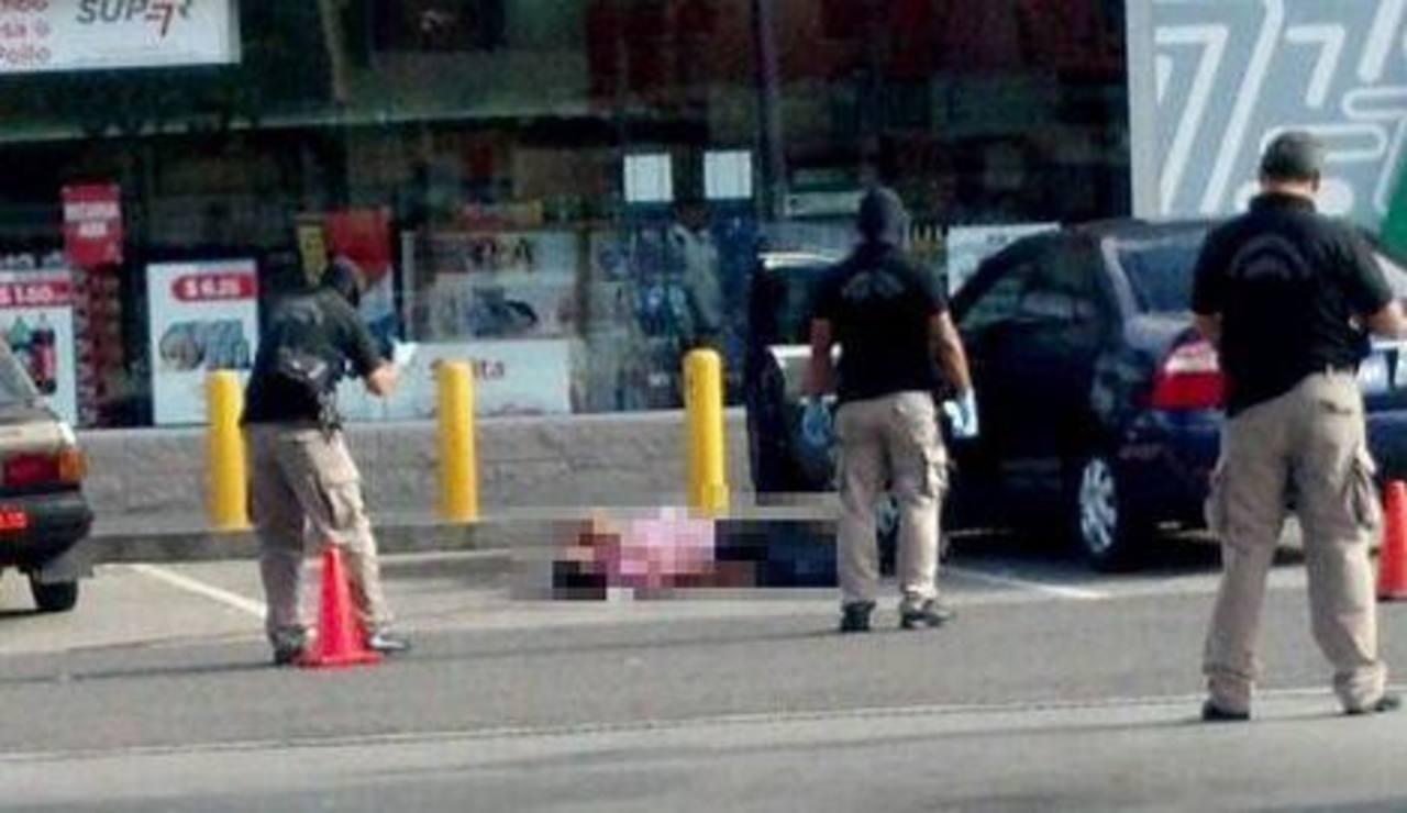 Un hombre fue asesinado en el parqueo de una gasolinera en el bulevar Cnel. Arturo Castellanos. Foto vía Twitter Jaime López