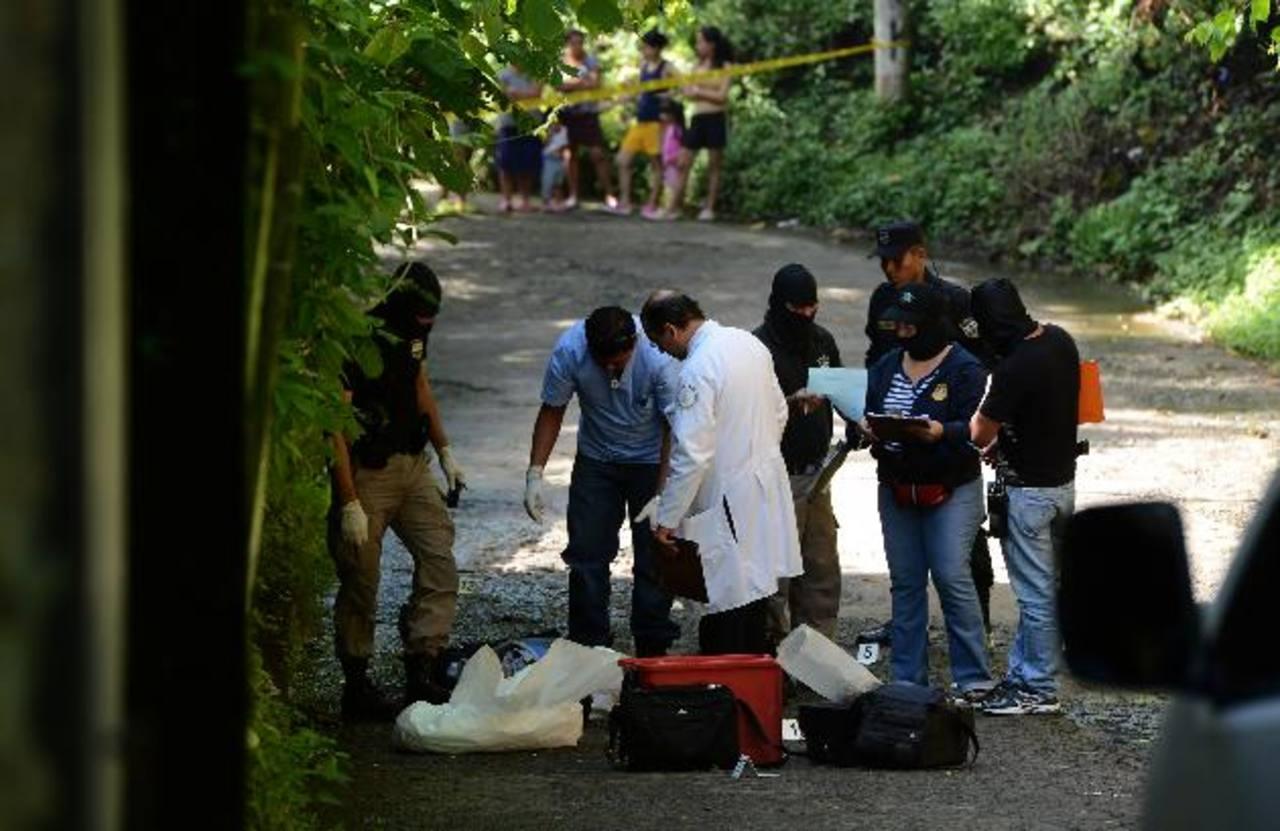 Ayer fue un día violento, sobre todo por la mañana en que ocurrieron cuatro de los cinco homicidios. Foto EDH / Jaime Anaya.
