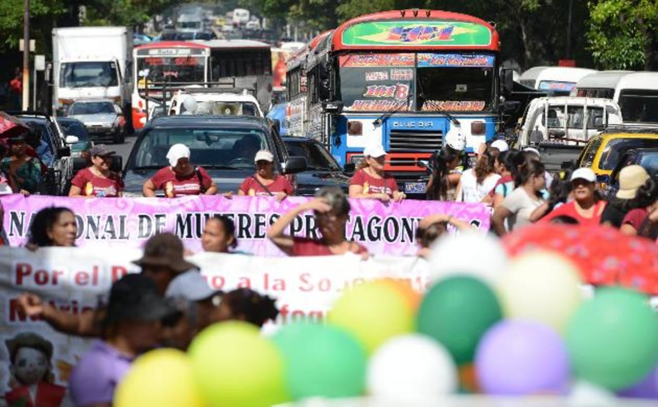 Las marchas generaron caos vehicular en la zona de la Juan Pablo II. foto edh / mauricio cáceres