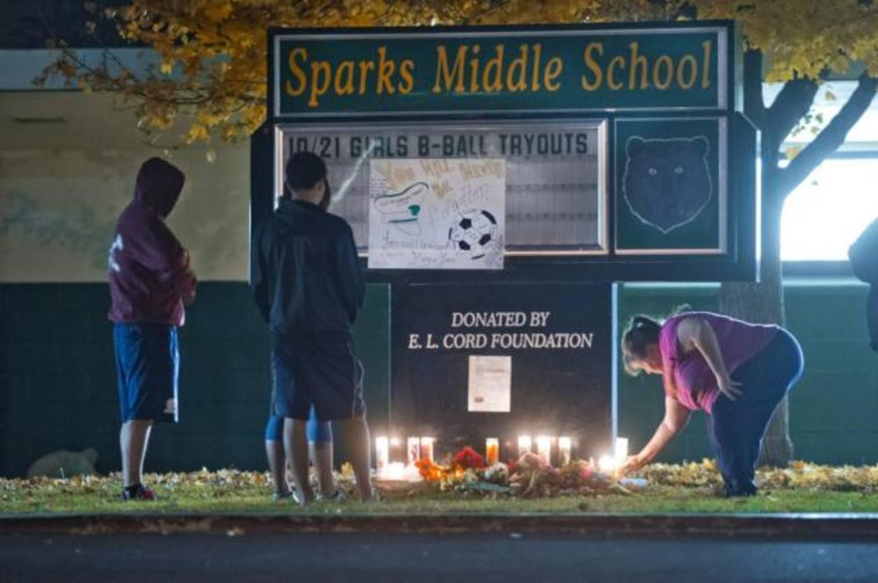 Estudiantes y padres de familia rinden tributo al profesor que perdió la vida durante el tiroteo en la escuela en Nevada. Foto/ AP