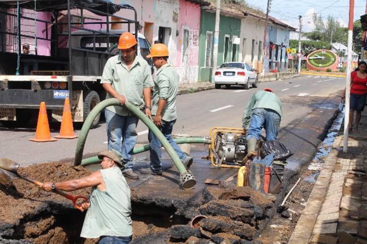 Empleados de Anda comenzaron los trabajos de reparación de la tubería desde la mañana. Foto EDH / ROBERTO DÍAZ ZAMBRANO
