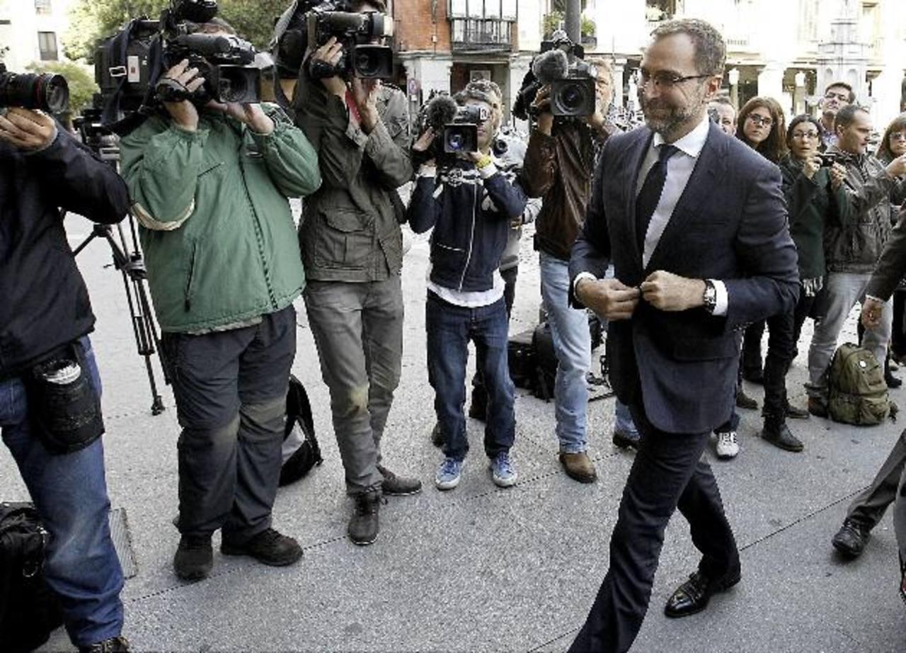 El embajador de EE.UU. en España, James Costos, a su llegada ayer a la sede del Ministerio de Asuntos Exteriores de España, donde informó al Gobierno sobre el supuesto espionaje de los servicios secretos de su país en España. foto edh / EFE