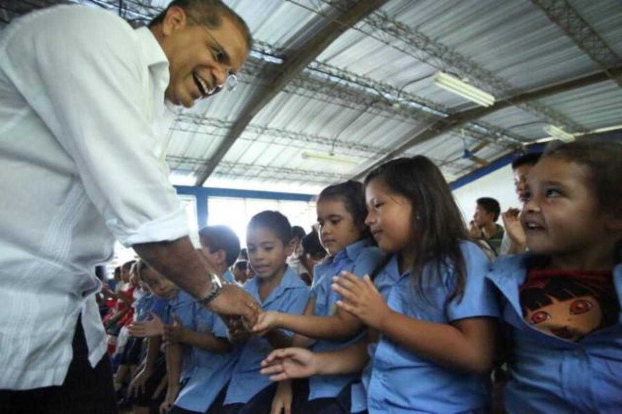Ortiz saluda a estudiantes de la parvularia El Jute, en Chiltiupán.