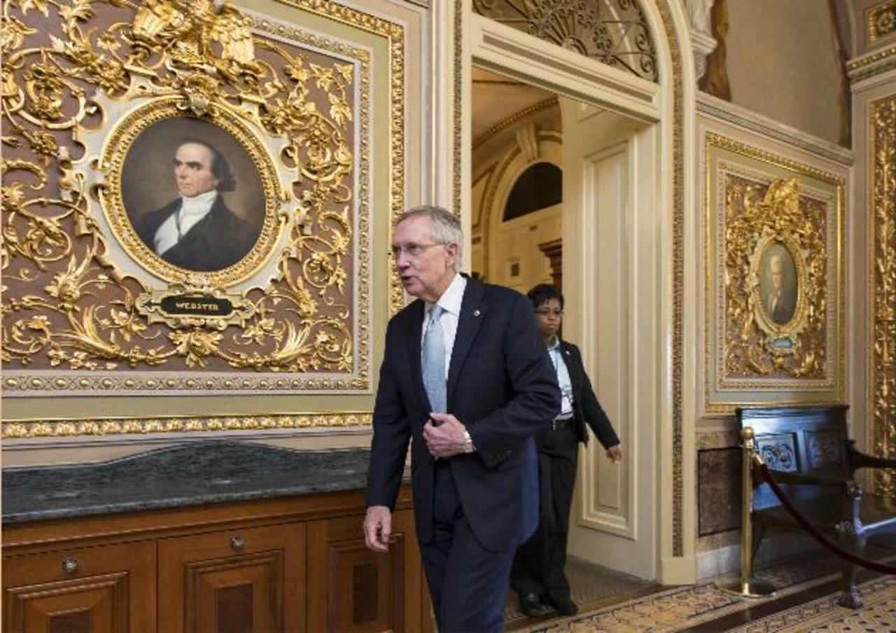 El líder de la mayoría demócrata en el Senado, Harry Reid, sale de la cámara alta al concluir la jornada, pero sin que haya sido solucionado el cierre parcial del gobierno. Foto/ AP