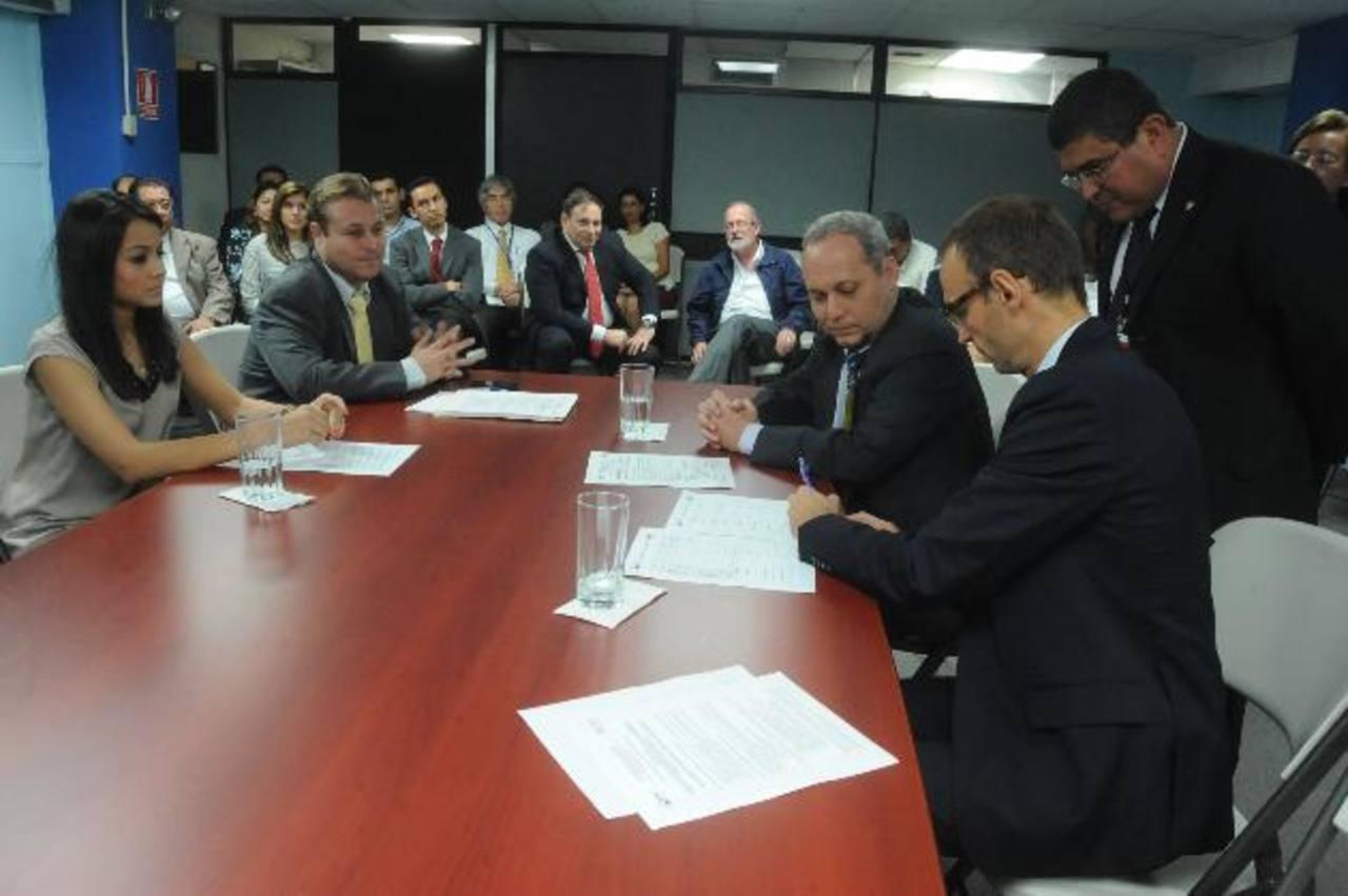 Los delegados de las operadoras, en la firma del acta de precalificación. EDH /Lissette Monterrosa