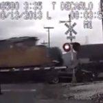 Una mujer sobrevivió tras ser impacto su auto por dos trenes. Foto tomada de internet
