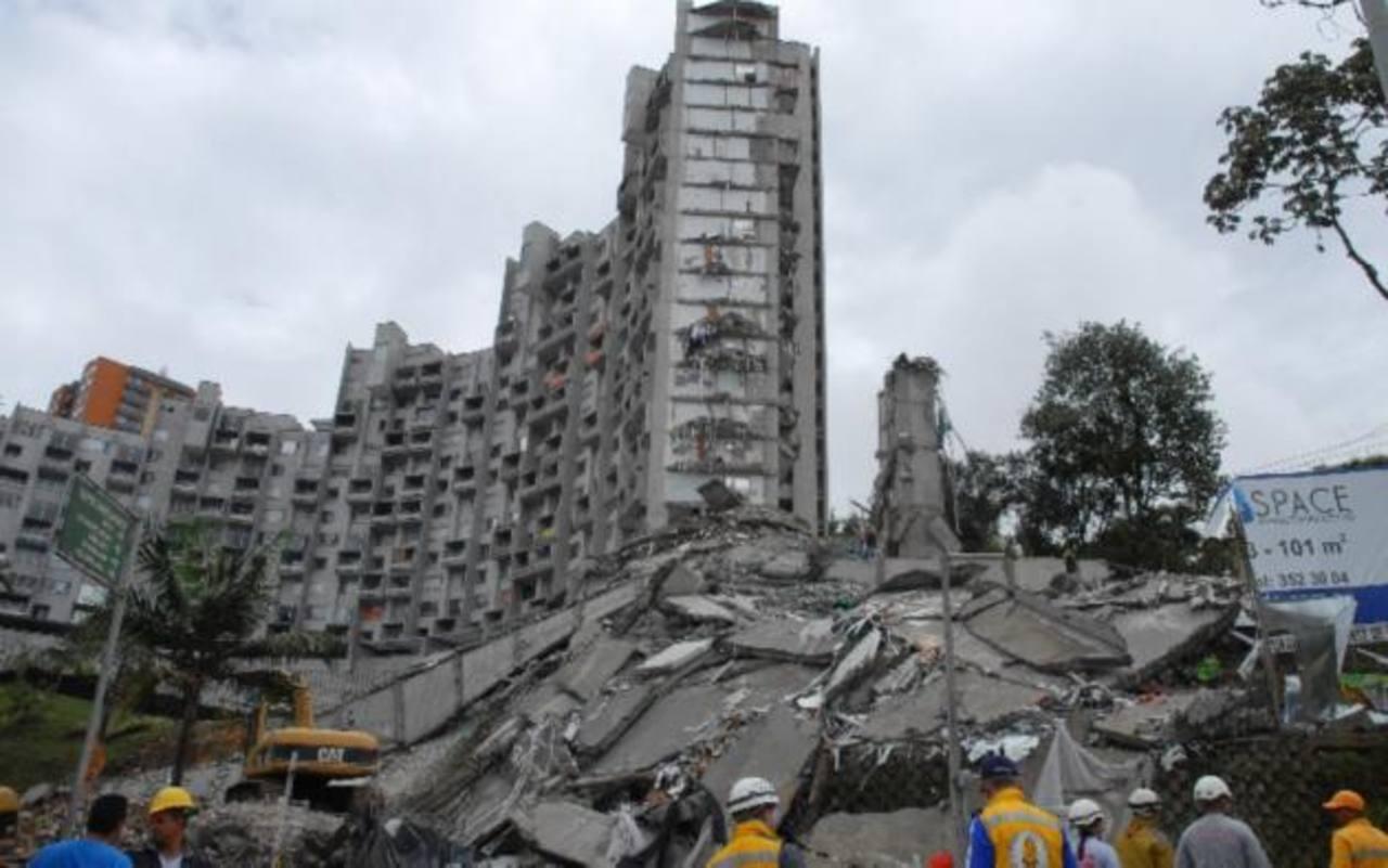 Buscan a 11 personas tras derrumbe de edificio