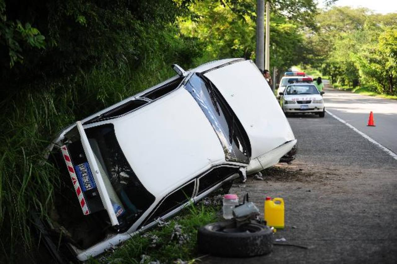 Este carro era manejado por Cecilia Morales, de 38 años, quien iba con su hija Valeria, de 14, y chocaron con un muro. foto edh / lissette lemus
